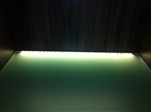 Dodatečné osvětlení skleněných polic v nábytku